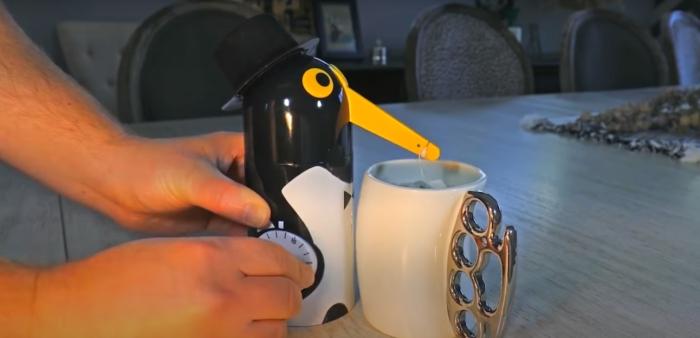 Забавный и вместе с тем полезный гаджет, который облегчит приготовление чая. /Фото: youtube.com