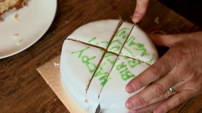 Этот метод нарезки тортов существует уже более 100 лет, но большинство людей все еще предпочитают привычный способ. /Фото: img.alicdn.com