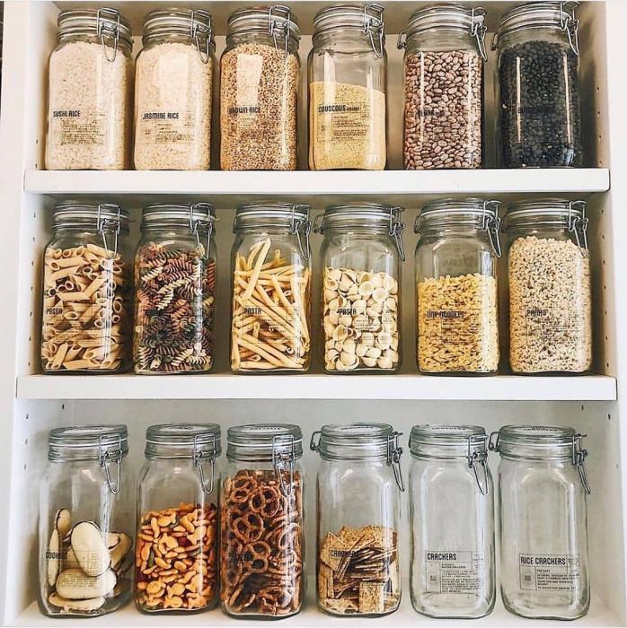 Перекладывание в контейнеры убирает визуальный шум от множества разных упаковок. /Фото: scontent-iad3-1.cdninstagram.com