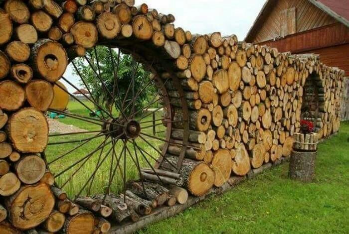 Стилизованный под старину забор из чурбаков и колеса создает пасторальную атмосферу. /Фото: project.theownerbuildernetwork.co