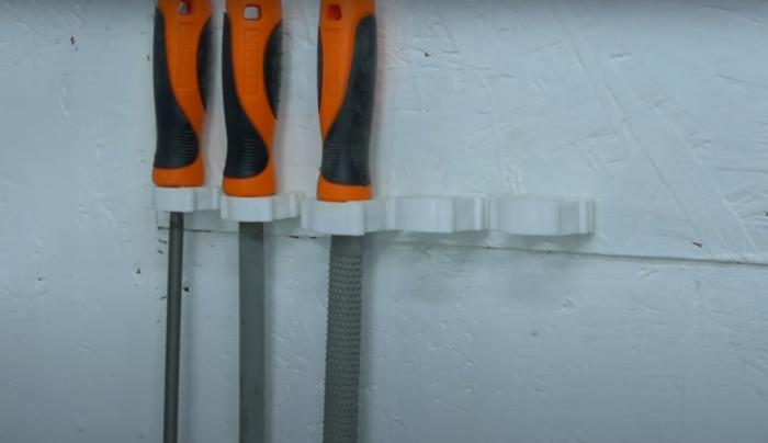 Экономично, просто и быстро можно создать удобное место для хранения напильников или отверток. /Фото: youtube.com