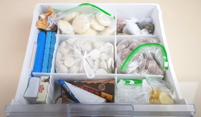 Разделение на отсеки упрощает поддержание порядка в ящике морозилки. / Фото: youtube.com
