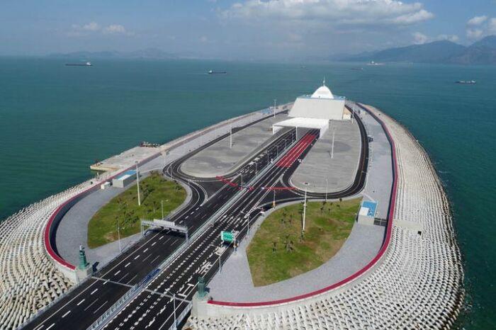 Искусственный остров с въездом и выездом в подводный тоннель. /Фото: img.yicaiglobal.com