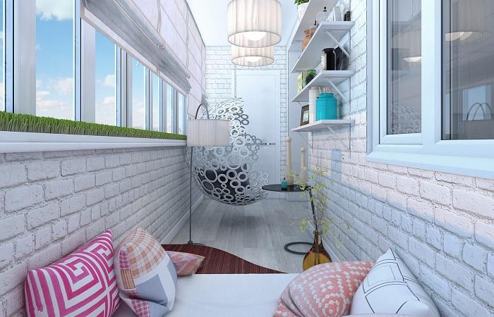 Стильное решение для балкона, которое сочетает в себе изящество и практичность. /Фото: kromvel.net.ua