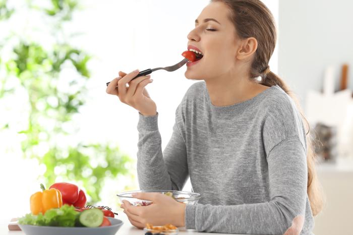 Ешьте медленно – так и еда вкуснее, и съедите меньше. /Фото: phelawellness.co.za