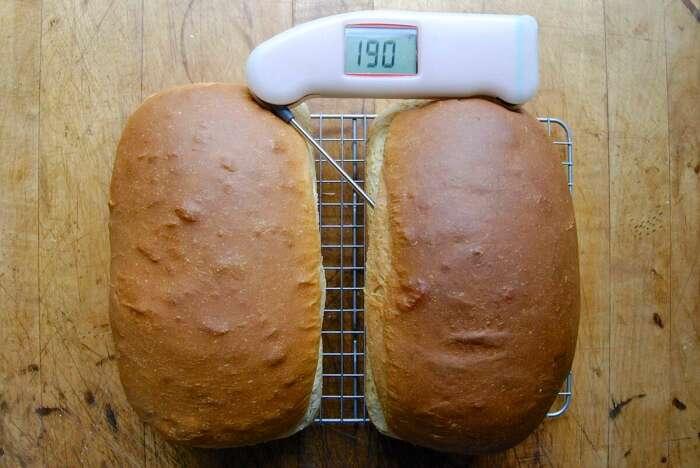 Термометр поможет точно определить готовность хлеба. /Фото: kingarthurbaking.com
