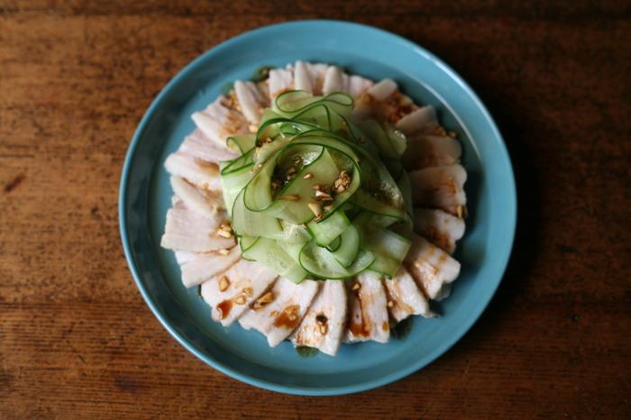 С помощью овощечистки можно тонко, красиво и аккуратно нарезать множество продуктов. /Фото: livedoor.blogimg.jp