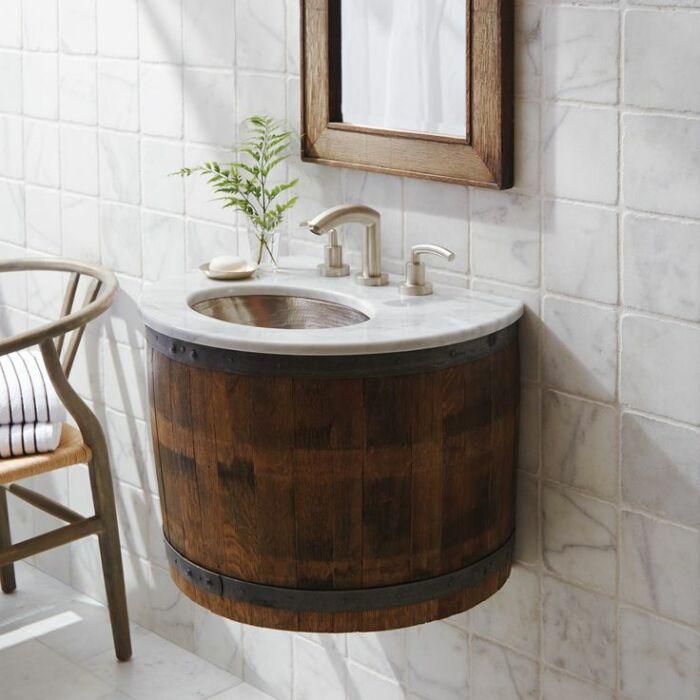 Умывальный из бочки добавит ванной рустикального шарма. /Фото: cdn.decoist.com