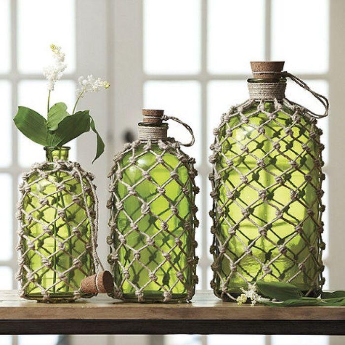 В таких красиво задекорированных бутылках можно держать искусственные и натуральные цветы. /Фото: i.pinimg.com