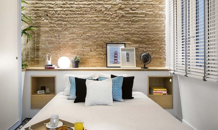Каменная стена в изголовье создает особую атмосферу уюта. /Фото: hola.com