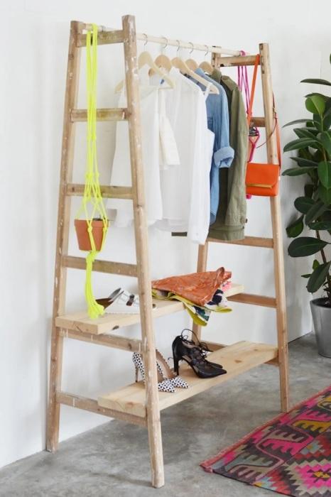 Если в доме завалялась лишняя лестница, то можно найти ей достойное применение. /Фото: cdn.apartmenttherapy.info