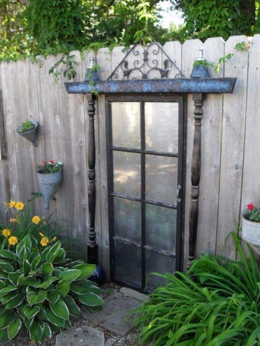 Кто сможет сказать наверняка, что за этой дверью не скрывается сказочный мир? /Фото: i.pinimg.com