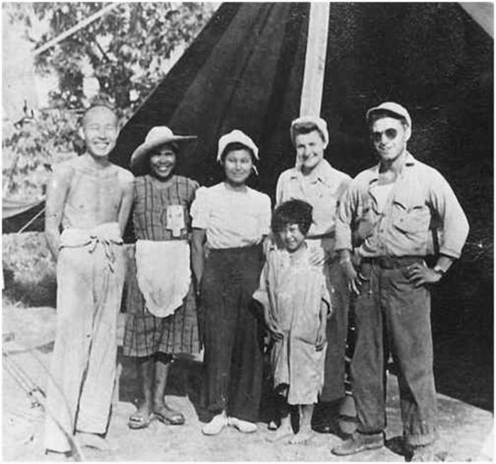 Гай Габалдон (справа) с японцами (военными и гражданскими лицами), сдавшимися в плен. /Фото: i2.wp.com