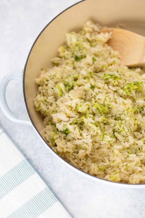 Небольшой секрет с маслом сделает рис с приправами особенным. /Фото: juegoscocinarpasteleria.org