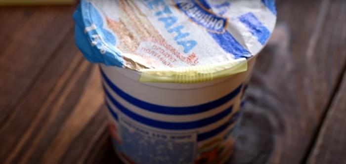 Отличный лайфхак для тех, кто не сразу съедает весь стаканчик йогурта или сметаны. /Фото: youtube.com