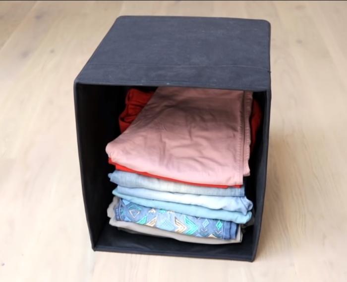В большой коробке легко поместить вещи вертикально, если поставить ее на торец.