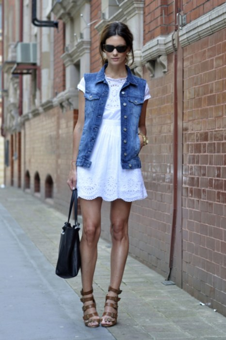 Джинсовый жилет и легкое платье — стильный наряд. /Фото: media.glamour.com
