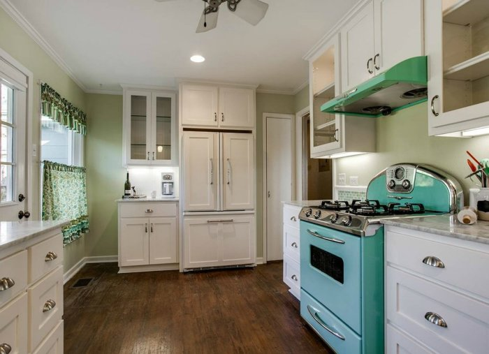 Мебель ярких цветов предпочтительнее размещать в загородном домике, а не на кухне. /Фото: s3-production.bobvila.com