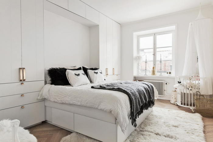 Скандинавский стиль спальни — грубая массивность в сочетание с нежной цветовой палитрой. /Фото: design-homes.ru