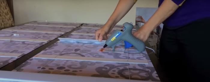 Этап приклеивания планок с помощью горячего клея. /Фото: youtube.com