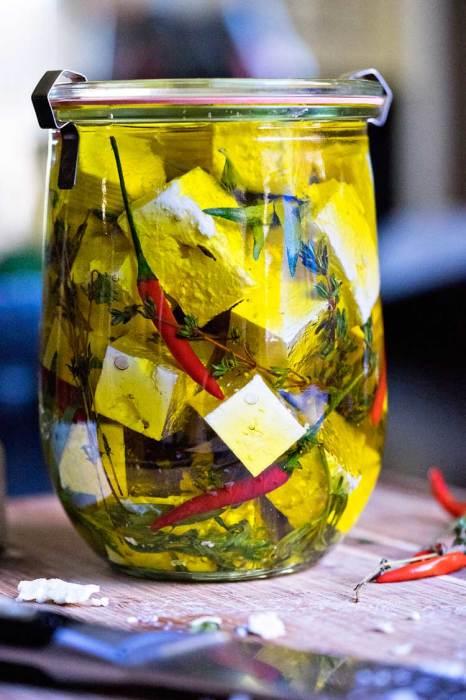 Почему бы не попробовать замариновать сыр в огуречном рассоле. /Фото: keviniscooking.com