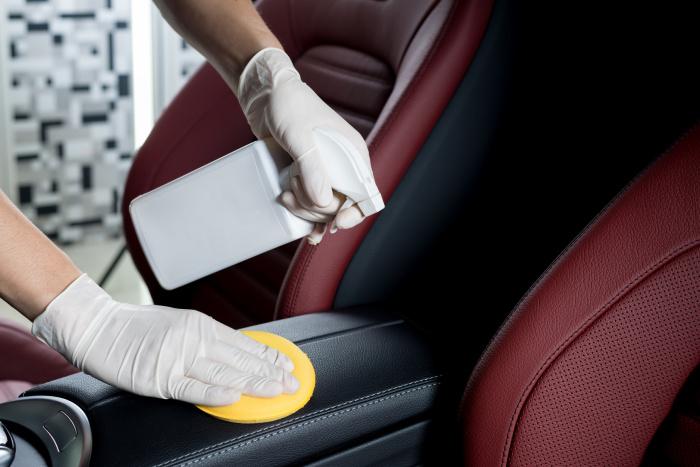 Чистящие вещества на основе аммиака, хлора или перекиси водорода нельзя использовать для чистки салона автомобиля. /Фото: muabanxehoi.net.vn