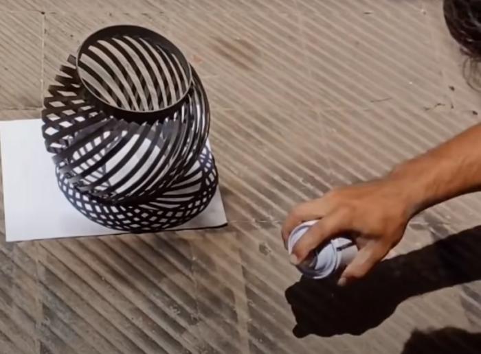Процесс изготовления торшера. /Фото: youtube.com/watch?v=Q-dJbHBgZew