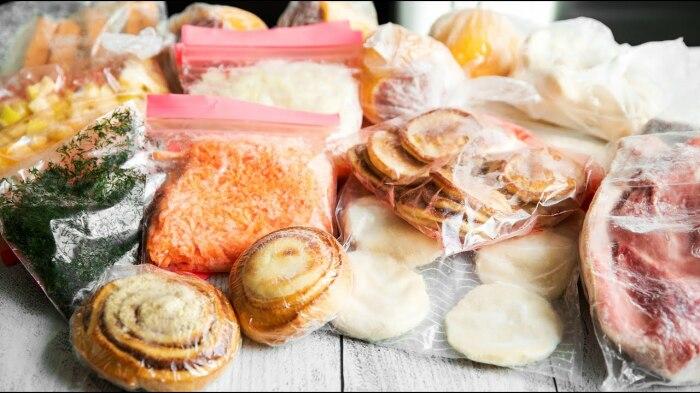 В морозильной камере должно храниться умеренное количество продуктов. /Фото: i.ytimg.com