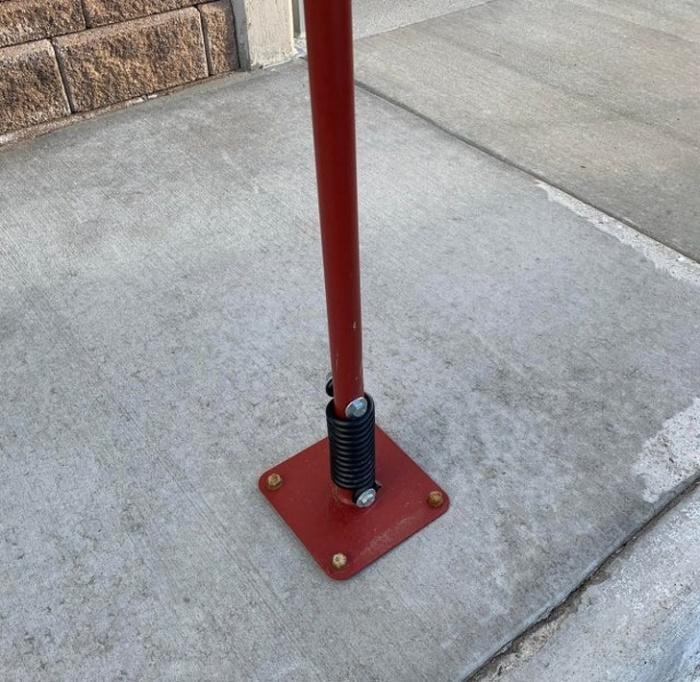 Если случайно наехать на пружинный парковочный столбик, он не повредит автомобиль. /Фото: article-sympa-cdn.cf.tsp.li