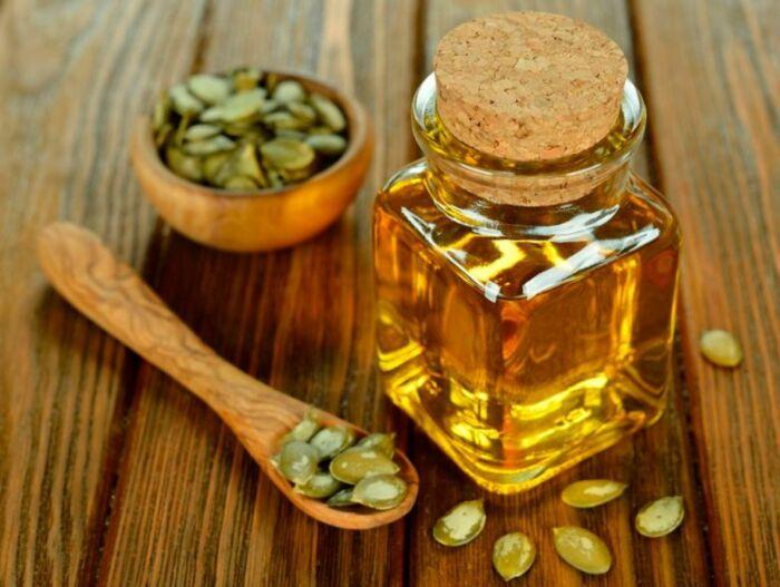 Масло из тыквенных семечек очень полезно для здоровья и радует специфическим вкусом. /Фото: all-for-woman.com