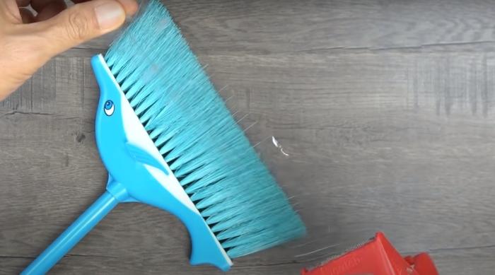 Веник со скотчем сделают уборку полки вдвойне эффективнее. /Фото: youtube.com/watch?v=hOSITiTpVeY