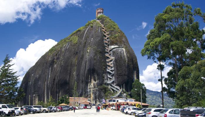 Зигзагообразная лестница выглядит как шнуровка на расщелине. /Фото: revistapanorama.com
