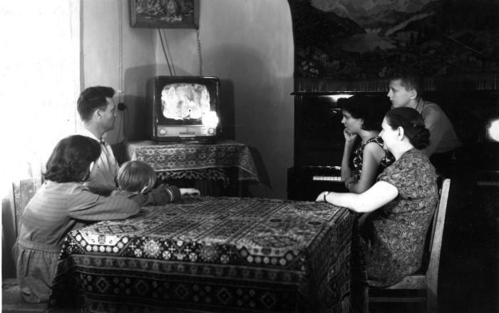 Телевизор занимал в советской семье особое место, поэтому на его обслуживание не скупились. /Фото: lhistory.ru