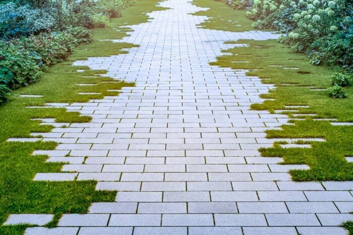 Банальная прямая дорожка приобретает оригинальность за счет «рваных» краев. /Фото: cdn-aeipe.nitrocdn.com