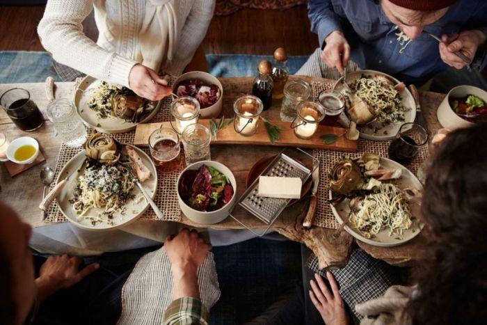 Если хочешь съесть больше, возьми с собой друга. /Фото: gnomip.gr