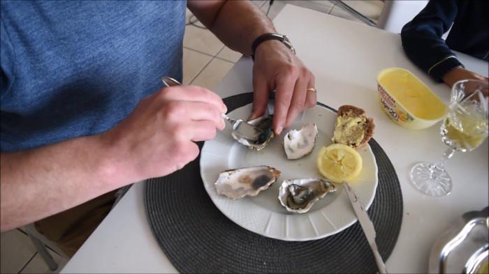 Устрицы — полезный для организма деликатес, который может поправить материальное положение. /Фото: i.ytimg.com