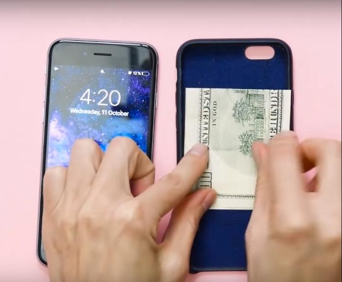Таким способом тоже очень удобно прятать деньги, но телефон нужно всегда держать при себе.