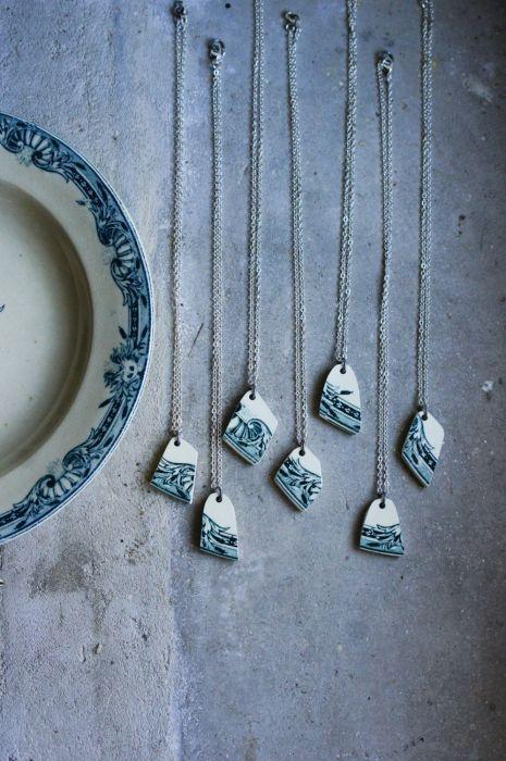 Из осколков разбитой посуды можно также сделать украшения для стены. /Фото: i.pinimg.com