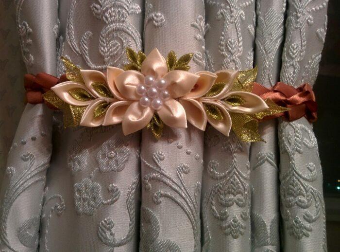 Красивое решение в цветочных мотивах из атласных лент. /Фото: dizain.guru