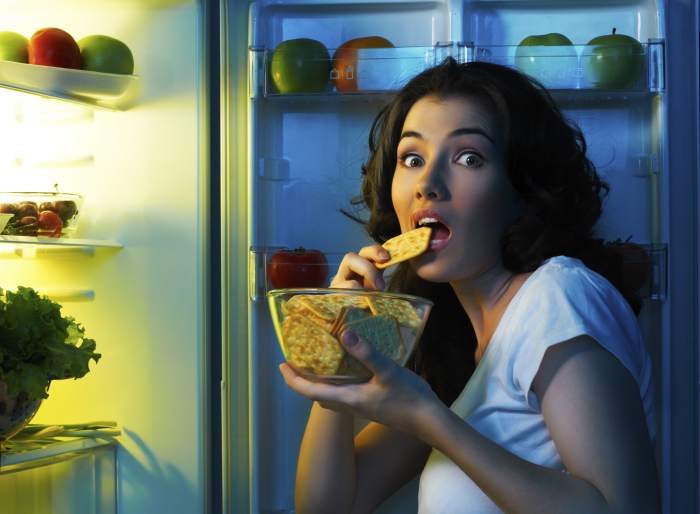 Поздно вечером холодильник манит особенно. /Фото: palladium.ua