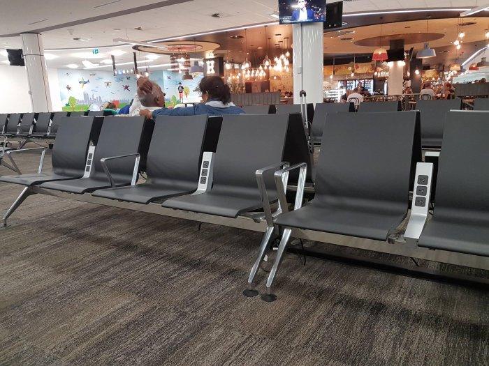 Три розетки на два кресла – мест для подзарядки хватит для всех желающих. /Фото: housingdesignmatters.com