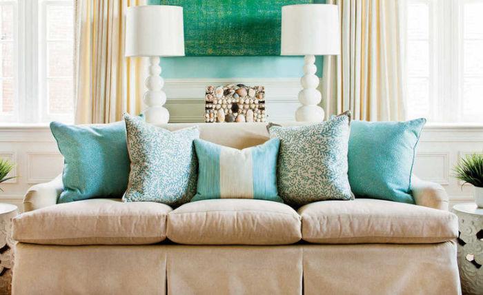 Не обязательно заполонять свой дом большим количеством подушек. /Фото: archidea.com.ua