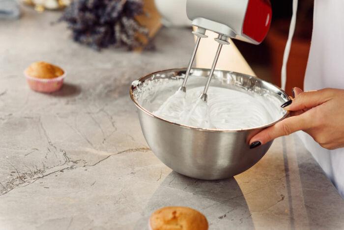 Чтобы миска не двигалась, проще подстелить полотенце. /Фото: elektro4you.pl