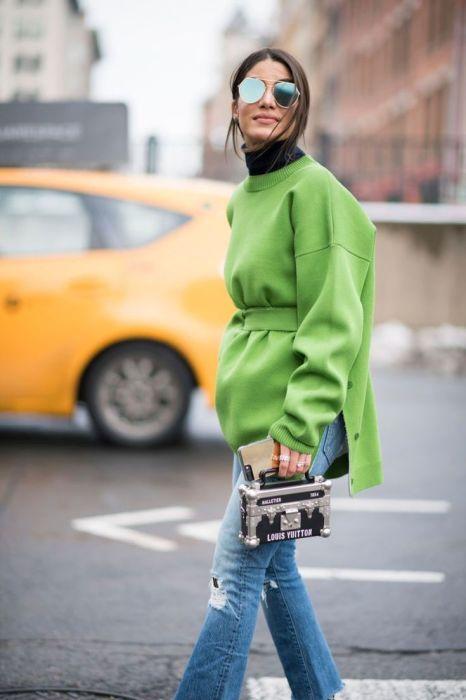 Тимур Эмек создала стильный образ, надев яркий свитер с обычными джинсами. /Фото: i.pinimg.com