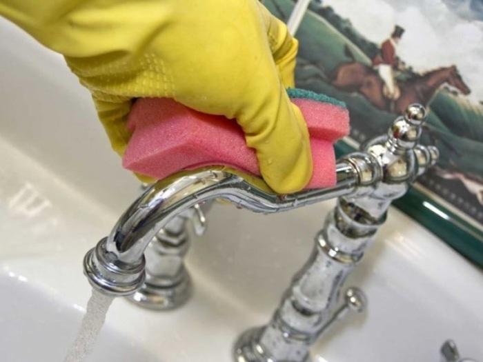 Простой лайфхак поможет всегда поддерживать кран в чистоте. /Фото: teplo.guru