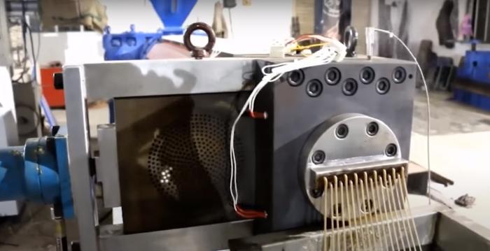 Очень занимательная работа машины по переработке пластика. /Фото: youtube.com