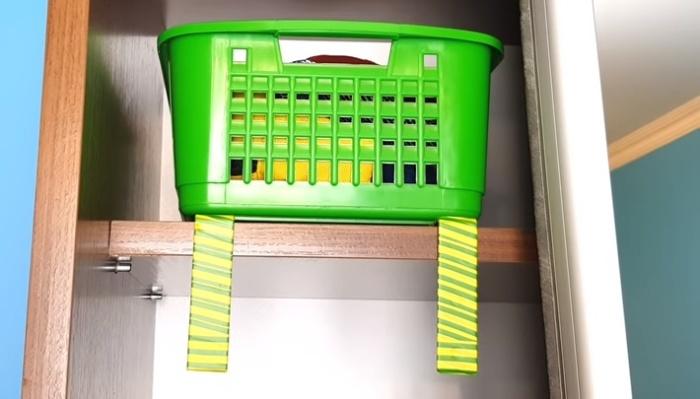 Пара уголков – и корзинки можно снимать и ставить на верхнюю полку, не придвигая стул.