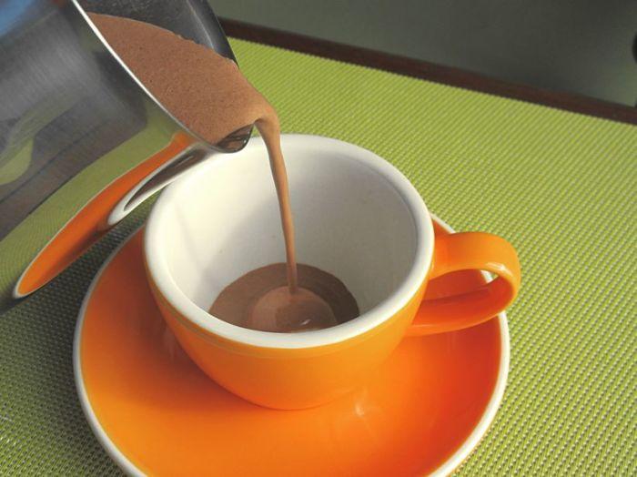 Горячий шоколад в оранжевой чашке будет казаться вкуснее. /Фото: blosh.nz