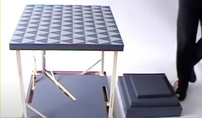 Из квадратиков одним нажатием на рычаг собираются стол и стул. /Фото: youtube.com