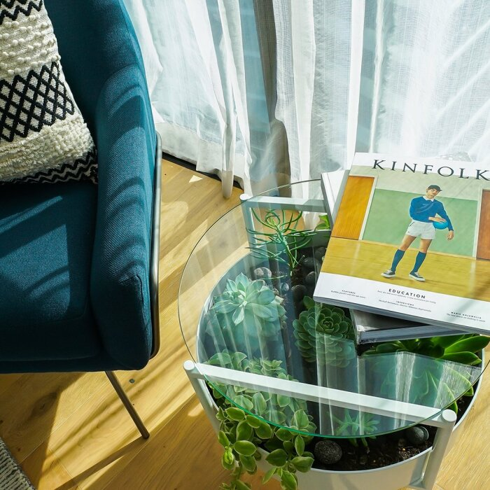 Столик с мини-оазисом оживляет комнату. /Фото: islandcollective.com.au